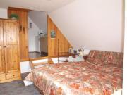 Schlafzimmer mit Zugang zur Küche