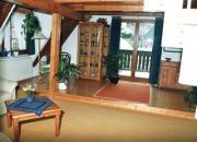 Wohnraum mit Tür zum Balkon