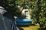 Der Pool hinter der Ferienwohnung läd zum baden ein.