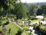 Blick vom Parkplatz auf Garten und Burg