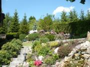 Steingarten mit Wasserfall