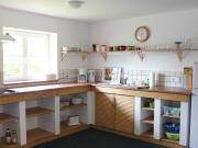 Gut ausgestattete Küche<br>mit Esstisch