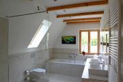 Badezimmer im Obergeschoss mit Wanne und offener Dusche