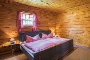 """Schlafzimmer im """"Blauen Blockhaus"""" - hier mit Doppelbett."""