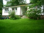 Eine ruhige schöne Waldrandlage mit großer Wiese vor dem Haus
