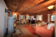 Gemütliche Couchgarnitur mit SAT-TV und Blick auf den KaminEsstisch im Wohnzimmer
