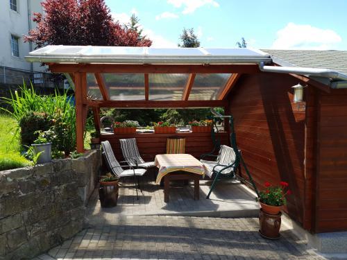 Gemütche Sitzecke im Garten, die zum Essen, Grillen und Verweilen einlädt