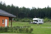 Campingplatz mit 70 Stellplätzen (Strom-, Wasser-, Abwasseranschlüsse), Zeltplatz, Sanitär (mit Babybad, Küche, Hundebad, Waschmaschinen, Trockner, Behinderten-WC/DU, Familienbäder)